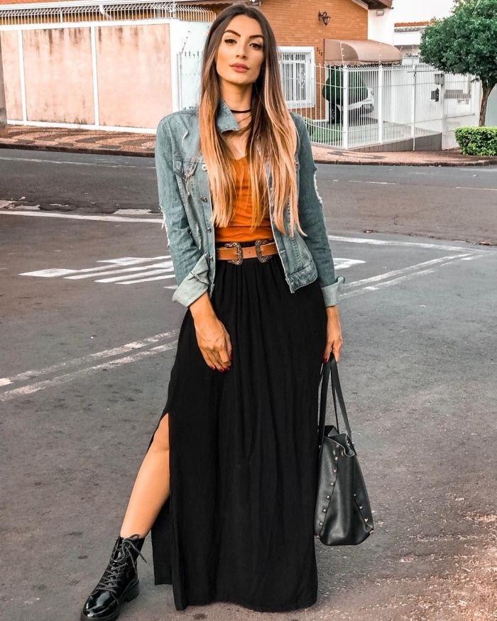 idée comment porter la veste en denim avec une jupe longue noire pour look  boho chic, modèle de bottines noires avec lacets