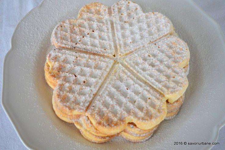 """Vafe simple de casa – reteta belgiana de gaufres – Gofri (cum le zice la noi). Vafe facute in casa cu aparatul special, simple, pudrate cu zahar. Vafele pot fi decorate cu frisca, crema de vanilie sau ciocolata si fructe (capsuni, afine, banane etc).  Am demarat recent un proiect culinar de amploare, """"The Food"""