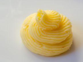 Eine erfrischende Zitronencreme, die schnell und einfach aus Frischkäse, Butter und Lemoncurd zusammengerührt ist. Lecker für Cupcakes, Torten und Macarons.