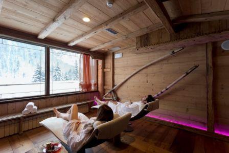 Zona Relax -  Hotel Arnika Wellness Lettini comodi in un ambiente silenzioso e rilassato per completare il vostro relax. Vi invitiamo a distendervi per qualche minuto dopo aver utilizzato le saune e le cabine del wellness dell'Hotel Arnika.