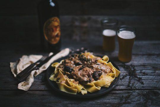 Poulet à la moutarde, aux champignons et à la bière - Le Coup de Grâce
