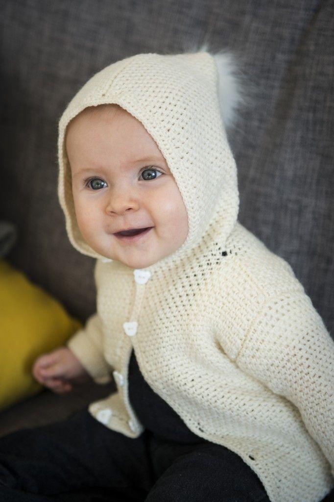 2015-8: Lækker hækkelopskrift på denne lækre hæklede jakke med hætte i Mayflower Easy Care. Opskriften dækker aldersgrupperne: 0-3 mdr., 3-6 mdr., 9-12 mdr. og 18-24 mdr. Benyt muligheden for at hente denne gratis opskrift til at overraske barnet/barnebarnet med denne flotte trøje.