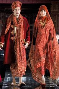 Say the name will be visible Ghea Panggabean invitation reddish brown cloth, also called rainbow fabric or cloth tie. Brand Ghea long 'homeless' in Aseana, Melium, Suria KLCC