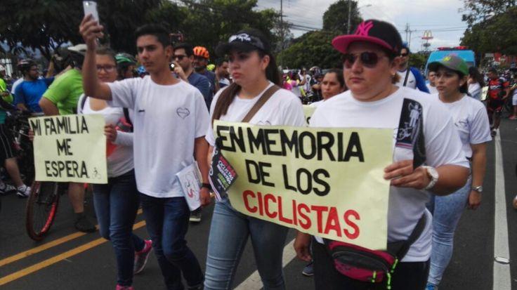 Familiares de ciclistas atropellados en Curridabat visitan sitio del accidente