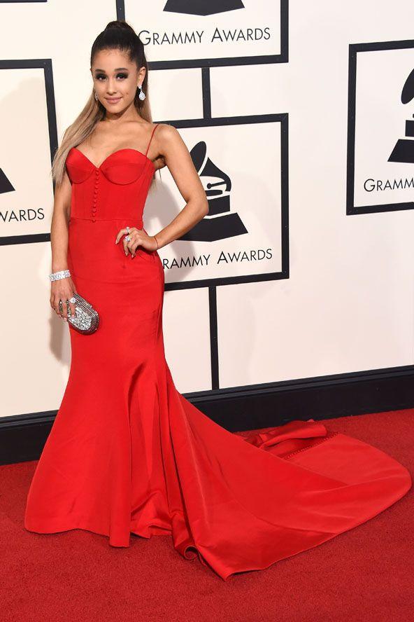 Vörösben a vörös szőnyegen. Ariana Grande red dress