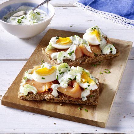Knäckebrot mit Lachs-Eiersalat Rezept | LECKER