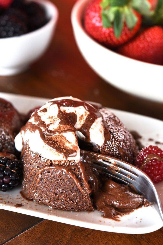 Sírvelas inmediatamente. Decóralas con lo que más le guste a tu pareja: crema batida, helado, jarabe de chocolate, bayas, o simplemente un poco de azúcar impalpable. | Cómo hacer las tortas con lava de chocolate más fáciles y deliciosas