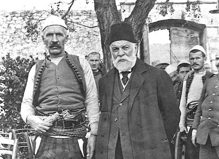 Isa Boletini dhe Ismail Qemali. Fragment nga fotoja e famshme e dhjetorit 1912 te sarajet e Vlorajve, pak ditë pas shpalljes së pavarësisë; tani me cilësi maksimale.