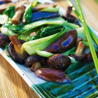 Pak choy påminner smakmässigt mycket om salladskål. Mycket i gott i denna vegetariska wok med svamp, aubergine och salladslök.