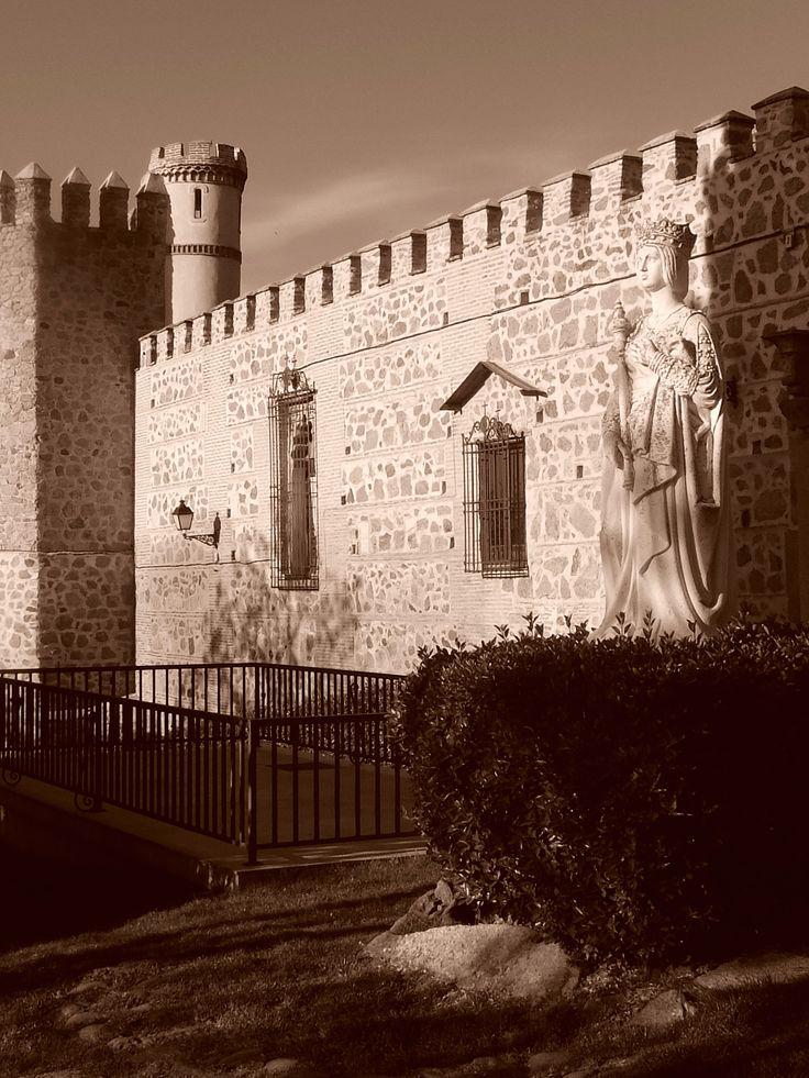 Estatua de la Reina Isabel ante el Palacio de la Cava o de los Duques de Maqueda