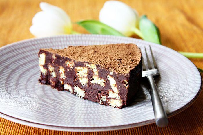 Vă prezentăm o rețetă foarte simplă de tort de casă, preparat cu blat din biscuiți și cremă de gem și alune. Este un desert economic dar foarte gustos și reușit, potrivit pentru o zi specială.