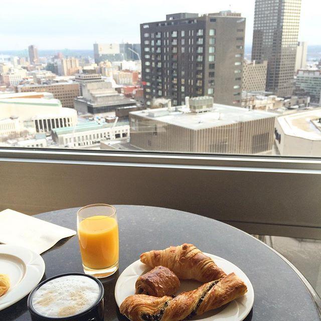 Petit-déjeuner avec vue! / Breakfast with a view! #montreal #hotel #travel Photo credit: nawelsfn via Instagram