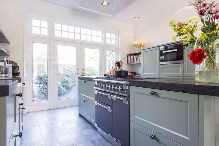 Een landelijke keuken met stijl passend bij deze mooie woning in Bloemendaal - De keuken is uitgevoerd in een van de collectie kleuren van Farrow en Ball, met een mooie kwaststreep zijn deze 7 laags gelakte kader fronten van een hoog niveau. Een mooie verlaagde spoelunit van Villeroy …