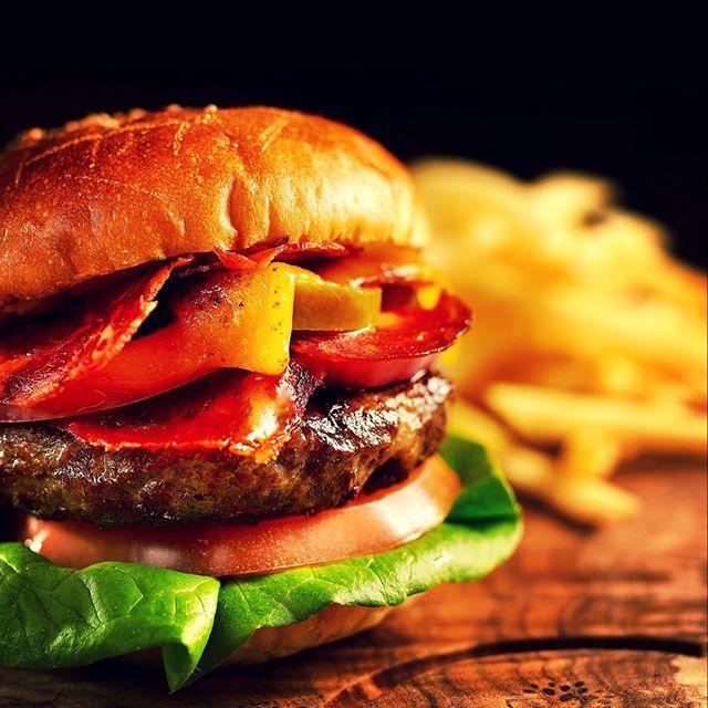 「ザ・ステーキハウス」5月のシグニチャーディッシュは、スパイシーなイベリコチョリソーをサンドしたバーガー  #ANAインターコンチネンタルホテル東京 #anaintercontinentaltokyo #ステーキハウス #thesteakhouse #ハンバーガー #hamburger #肉食女子 #肉食 #肉汁 #Steak #ハンバーガー部 #肉 #イベリコ豚 #japanesefood #バンズ #ハンバーガー🍔 #ハンバーガーランチ #お肉 #hamburgersteak #hamburg #takeaway #foodlover #foodstagram #foodlovers #wagyu #wagyubeef #eatout