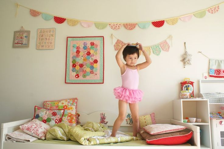 1/2 circle rounded banner: Buntings Ideas, Minis Quilts, Toddlers Girls Rooms, Pennant Banners, Quilts Pillows, Little Girls Rooms, Adorable Girls, Fabrics Buntings, Kids Rooms