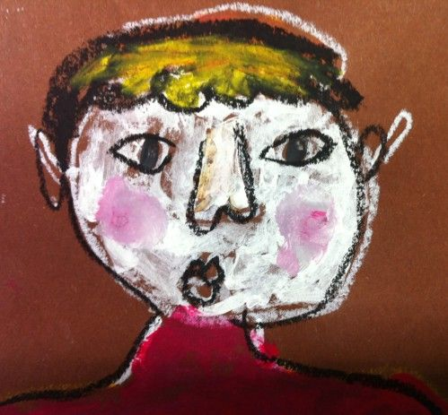 IK - zelfportret - met wit vetkrijtje tekenen - met verf gezicht wit schilderen, wangen roze, haren, pupillen tot tegen oogrand - laten drogen - contour overtrekken met zwart vetkrijtje