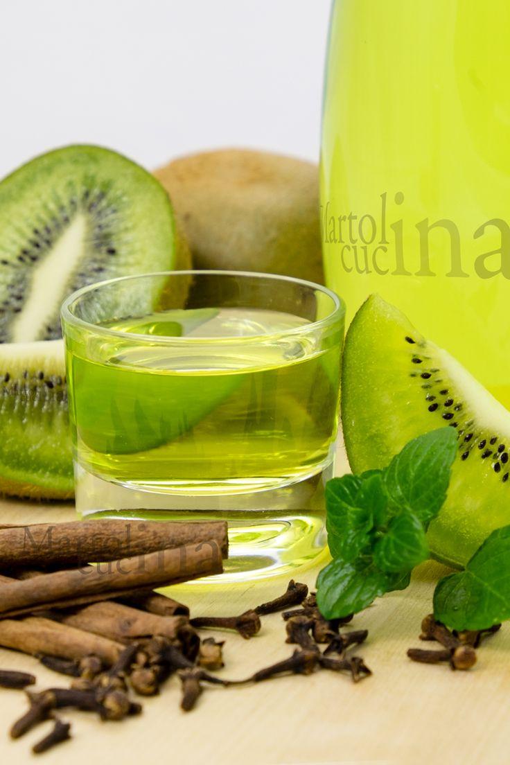 LIQUORE AL KIWI #kiwi #liquore #regalo #Natale #ricettafacile #frutta #alcool #spezie #cannella #menta #chiodigarofano