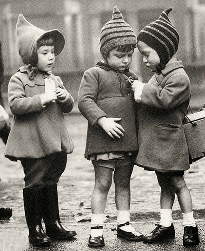 Evacuee children, London, ca.1940 (Their little hats, omg!)