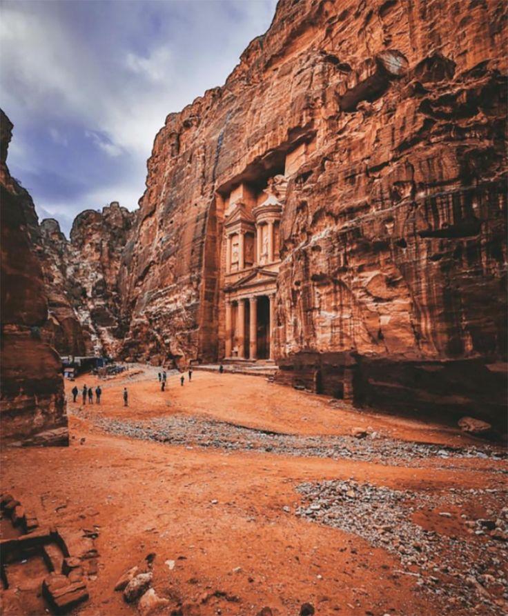 Vale conhecer: Petra. Além da história milenar de um povo que habitou esse lugar praticamente inóspito por 2.000 anos, a cidade é linda e surpreende em cada detalhe. Não é à toa que ela é considerada uma das Sete Novas Maravilhas do Mundo e patrimônio histórico da UNESCO.