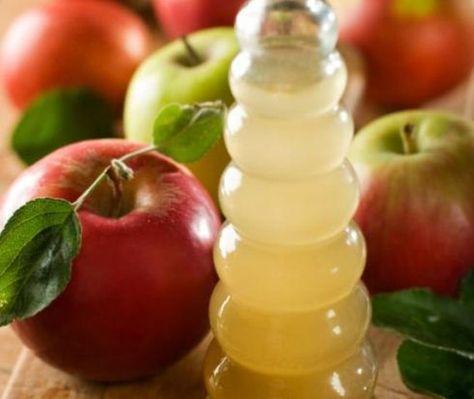 Denti bianchi con l'aceto di mele
