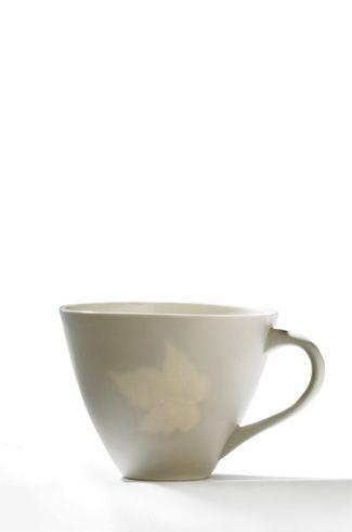 Fossilt    Serien er inspirert av kinesisk porselen der dei legg riskorn for å lage gjennomsiktig mønster i godset. Eg eksperimenterte med ulike gjenstander, dødt og levende material, og endte opp med eit organisk lønneblad. Dette støypte eg inni den våte leiren for å skape gjennomskinn der bladet vart brent bort.    Denne serien egner seg ikkje i oppvaskmaskin pga sølvkanten vil gradvis tære vekk.      Brei krus    Brei krus med fossilt lønneblad. (Fåes også med sølvkant).  H9xB11cm. Kr…