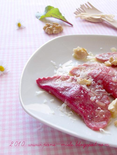 Ravioli di barbabietola con ricotta di capra / Beet ravioli with goat cheese