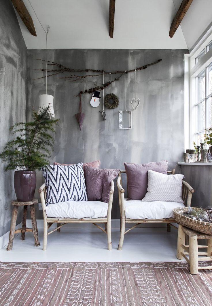 Tine Kjeldsen, der ejer Tine K, mixer nordiske og eksotiske stilarter, når kun pynter sit julehjem. Kom inden for her!