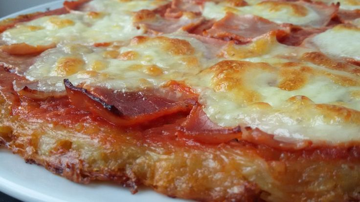 J'ai utilisé des pommes de terre râpées comme fond de tarte que j'ai ensuite garni comme une pizza avec du coulis de tomate, de la mozza et du jambon. La garniture est à adapter en fonction des goûts! Ce plat complet est idéal pour le diner, accompagné...