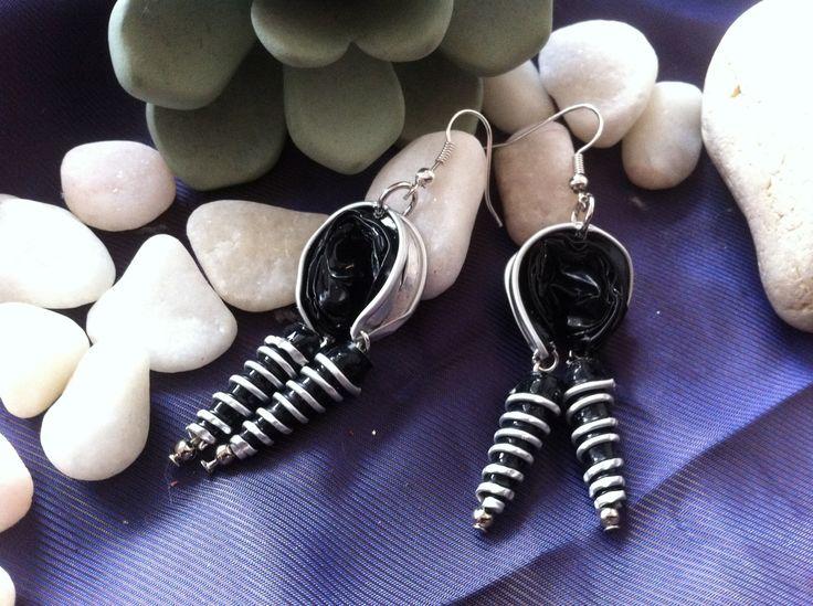 Boucles d'oreilles noires spirales en capsules Nespresso recyclées pour oreilles percées.
