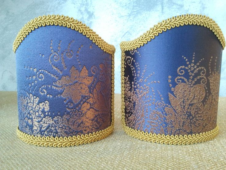 Couple of lampshades decorated with gorgeous Damask textured fabric with floreal patterns, finished with Jellow precious trim. 62,00 €