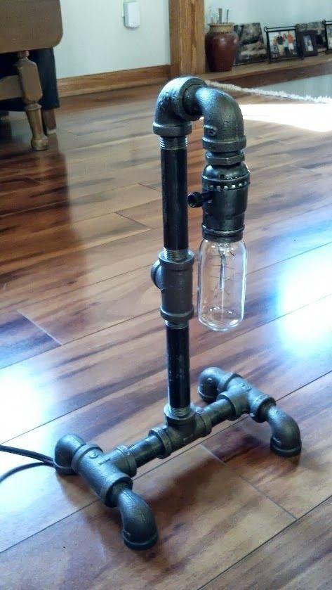 Tischlampe aus schwarzem Rohr mit USB-Ladegerät #Pipelamp
