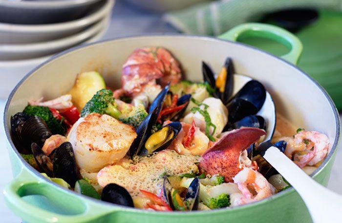 Recept på Pontus Frithiofs lyxiga gryta med massor av skaldjurssmak och en mjukhet från kokosmjölken. Urgod, enligt alla som var med och provade.