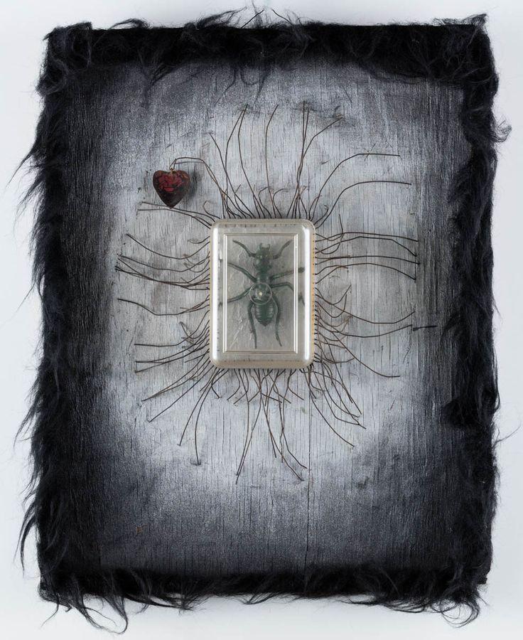 WŁADYSŁAW HASIOR (1928 - 1999)  MRÓWKA, 1974   tech. własna / 53 x 42 x 7 cm  sygn., dat. oraz opisany na odwrocie: - Martwa czy też/ żywa zawsze Mrówka/ jest szczęśliwa -/ 1974/ W. Hasior