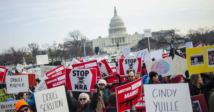 """26/jan/2013 - EUA - Motivados pelo massacre na Escola Primária Sandy Hook, ocorrido em Newtown, Connecticut, em dezembro de 2012, ativistas participam de uma marcha pelo controle de armas nomeada de """"Um Milhão de Mães para o Controle de Armas"""", em Washington, nos Estados Unidos, neste sábado. Pete Marovich/EFE."""