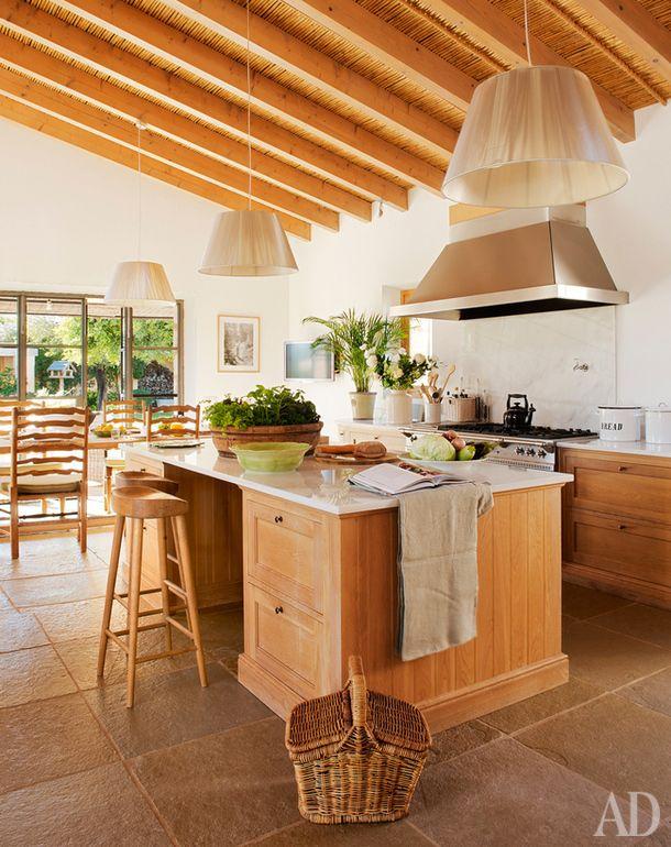 Хозяева этой кухни в доме, расположенном наМайорке, решили продолжить деревянную тему и напотолке — дубовые сваи там чередуются с плетенкой (она, кстати, сделана вручную).
