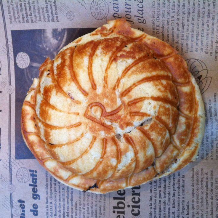 Panecillo caliente relleno de helado en Girona.  El helado se puede disfrutar todo el año y, éste, aún más si cabe, gracias al contraste que ofrece el panecillo caliente y el helado en su interior. Merece la pena probarlo y disfrutar de su sabor dando un paseo por el barrío de la judería de Girona. por Miguel Ángel Jiménez Islas  http://www.onfan.com/es/especialidades/girona/rocambolesc/panecillo-caliente-relleno-de-helado?utm_source=pinterest&utm_medium=web&utm_campaign=referal
