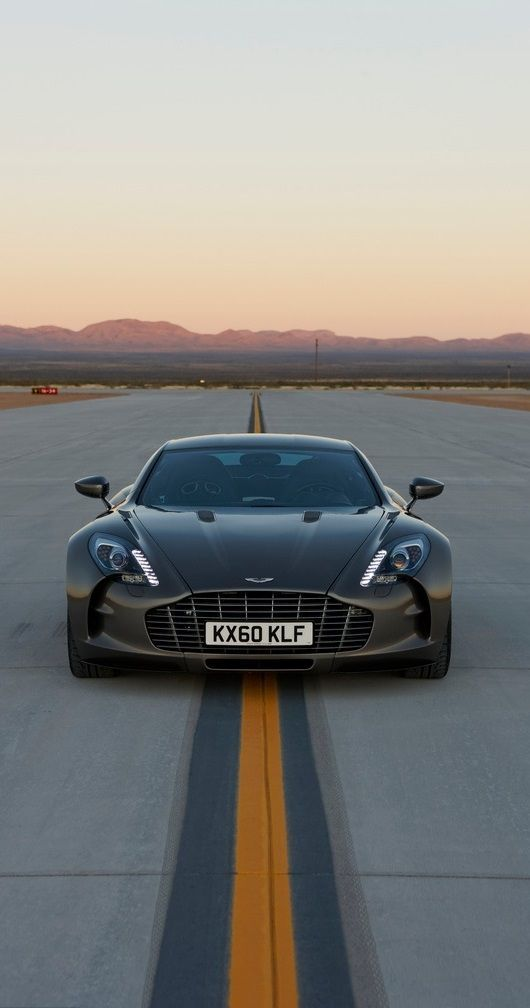 Aston Martin One 77 tycker att den har så snygg, sportig design och när man väl ser den blir man glad för de är väldigt sällsynta och dyra.