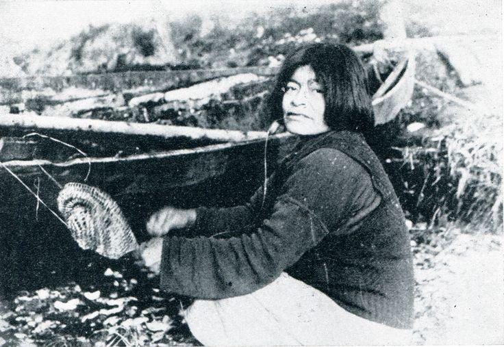 """Tcelokwe, mujer kaweshqar, confeccionando un cesto de junco. Fotografía de Joseph Emperaire. S/F. En: """"Los Nómades del Mar"""". Joseph Emperaire. Ediciones de la Universidad de Chile. 1963."""
