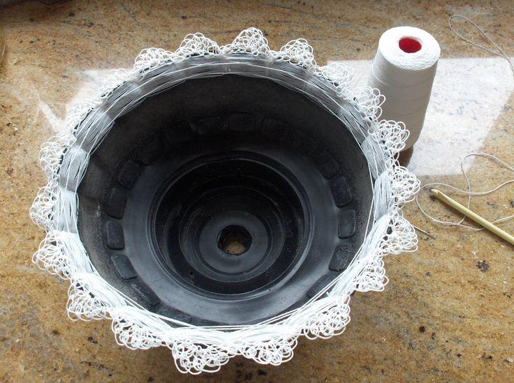 maceta hecha con neumático de carretilla y ganchillo