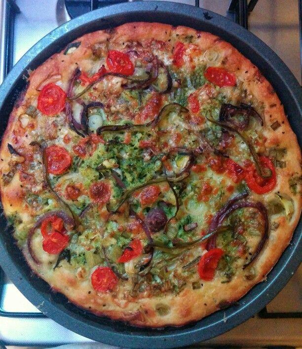 Pizza zucchine, cipollotti, zola, mozzarella, cipolla rossa, aglio, timo peperoni...