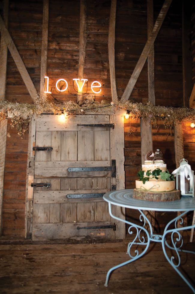 Love this wedding sign and rustic cheesecake