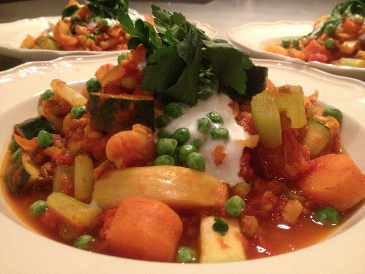 De perfecte vegetarische groente stoofpot met yoghurt. Echt groente potje bordevol groente, verse kruiden, lekker pittig en fris tegelijk. Super gezond!