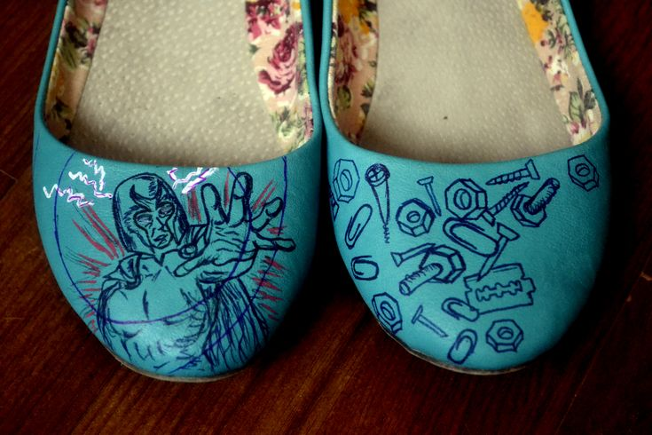 My hand painted shoes. I wanted something that was connected and in the same time different. And at one of mine dear friends suggestion …. here it is: Magneto and all the magnetic things that he can attract. And because we are magnets, isn't it?