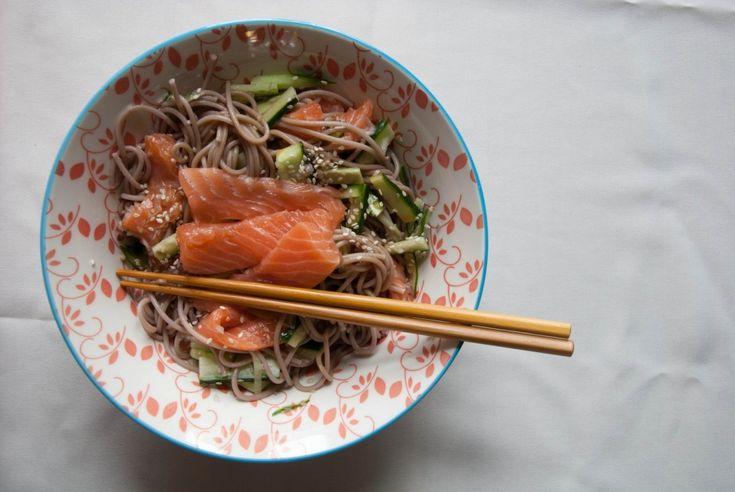 Soba noodles zijn Japanse noodles gemaakt van boekweitmeel, erg geschikt dus voor mensen met een glutenintolerantie. Soba noodles koop je gewoon bij de supermarkt, bijvoorbeeld Albert Heijn, of bij de toko.