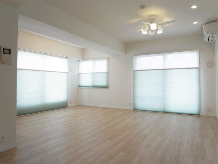 LDと和室のカーテンは、ハニカムブラインドを採用頂きました。このブラインドは遮光生地とシースルー生地の2種類を合わせて使うことができ、またハニカム構造ですので夏は外からの暑い陽射しを前後2枚の生地で遮ります。<br /> 冬は室内の暖かさをハニカム内の空気層が外に逃がさないように守ります。 専門家:が手掛けた、リビングダイニング/ハニカムブラインド(琉球畳のあるホワイトウッドテイスト)の詳細ページ。新築戸建、リフォーム、リノベーションの事例多数、SUVACO(スバコ)