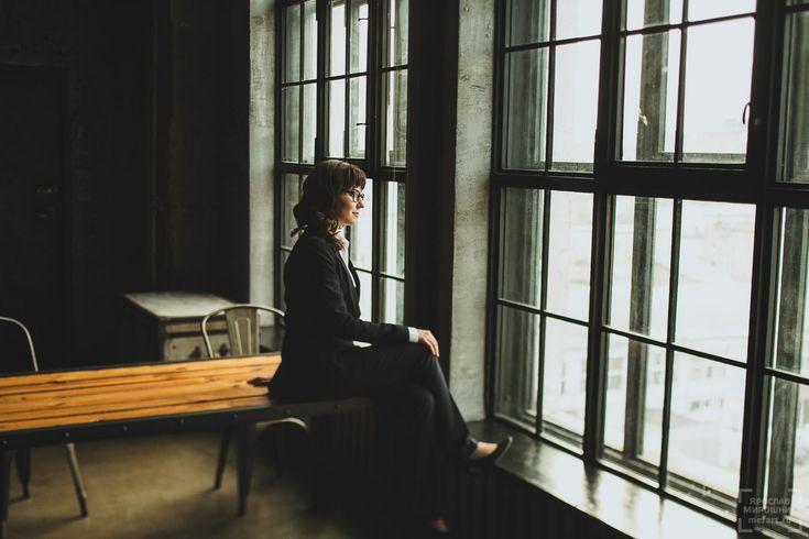 Очень улыбчивая фотосессия девушки в лофт студии в Москве