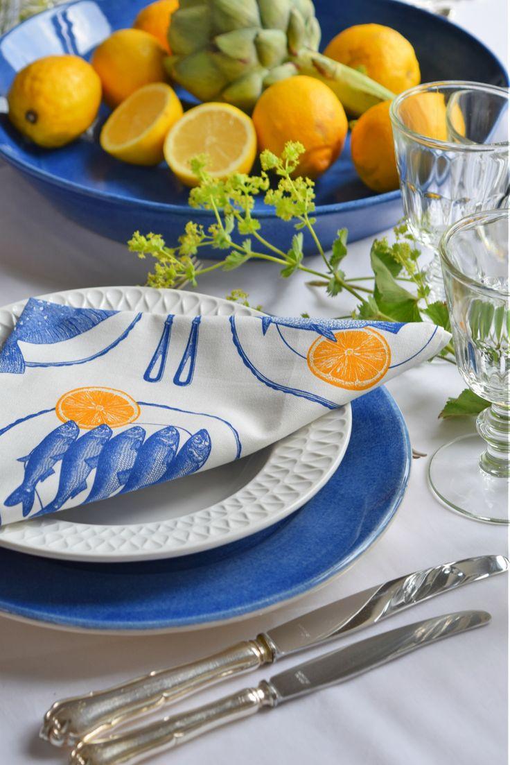 Maritime Deko: Blau/Weiß/Gelb mit Esstellern von Mateus Keramik. #Tischdeko #Tischdekoration