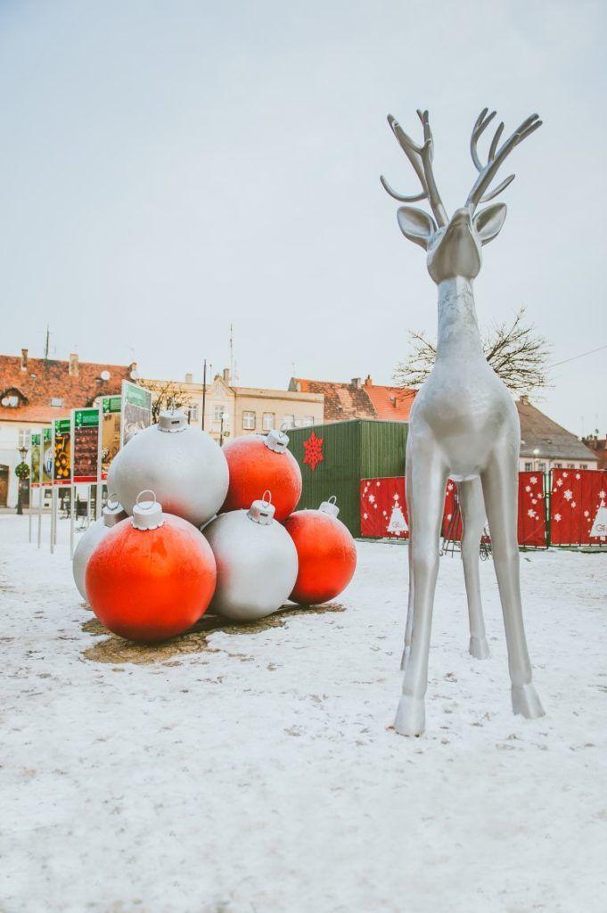Renifer, słodkości i masa prezentów   Inspirowani Naturą   christmas decor for public space terrachristmas.com