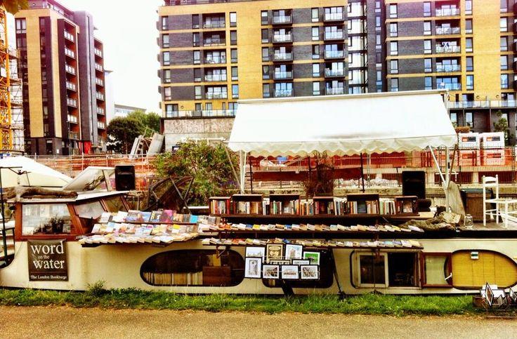 #GesineSchulz: in diesem Kanalboot-Buchladen möchte ich bei meinem nächsten Besuch in #London stöbern! (Foto: Joanna Penn) via Twitter / thecreativepenn: Cycling along East London canals.  https://twitter.com/thecreativepenn/status/369122214584414209/photo/1
