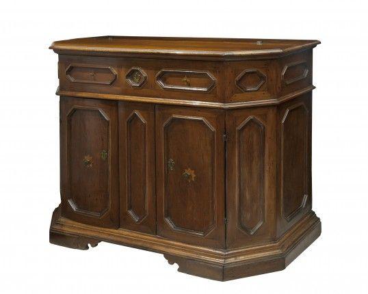 Importante credenza in legno di noce scantonata Emilia Sec XVII
